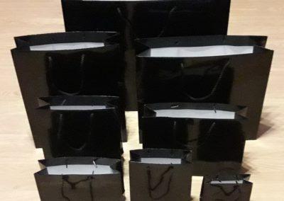 Saco papel preto plastificado brilho 200 Gr. c/ cordão