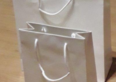 Saco papel branco 200 gr plastificado brilho c/ cordão