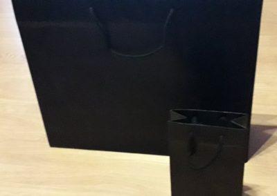 Saco papel preto plastificado mate 200 gr c/ cordão